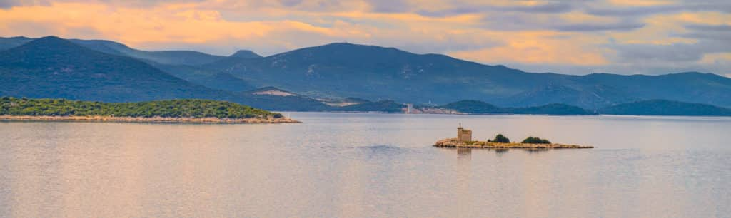 On the highway between Split and Dubrovnik, there is a little islet with a chapel.