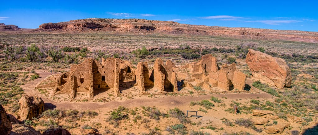 This overview of Kin Kletso was taken from the cliffs to the north of the ruins. This is a McElmo-style great house was built late in the Chacoan period, between 1125 and 1120 AD.