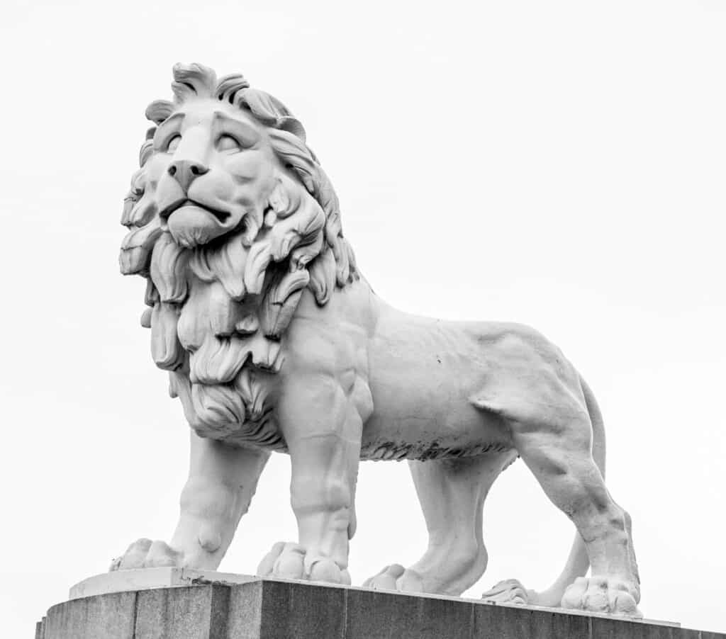 This lion, cast in the early 1800s, is made from an artifical material called Coade Stone. It resists weathering; hence, the sculpture looks almost brand new. The sculpture was out of a home when the brewery it adorned was demolished in 1949. However, King George VI ensured it was saved and later placed on a plinth on theeast end of the Westminster Bridge.