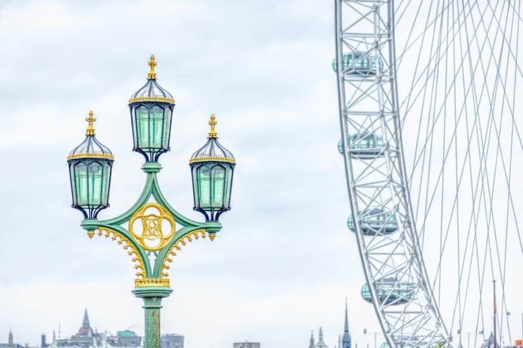 The Victorian stule of this street light on the Westminster Bridge contrasts with the aggressively modern London Eye observation wheel.